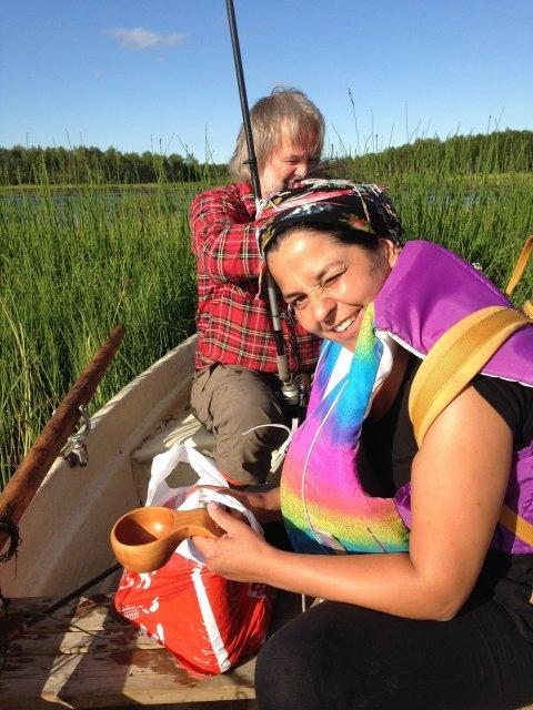 Fika en un lago mientras pescamos en la Laponia sueca