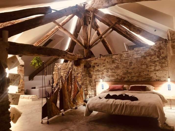 Un particolare della zona notte nel loft ricavato all'interno del Castello di Clavesana