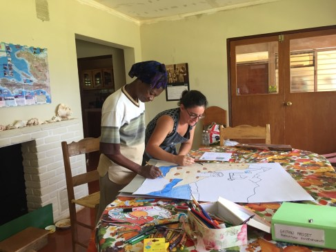 Anche Vivian, la nostra cuoca che non sa leggere e scrivere, ci aiuta nella preparazione del materiale per il corso!