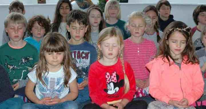 niñas meditando en clase