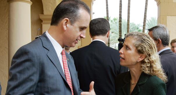 El representante Mario Díaz-Balart, republicano por la Florida, a la izquierda, habla con  Debbie Wasserman-Schultz, demócrata por la Florida, después de asistir al almuerzo anual del PAC Democracia EE.UU.-Cuba en Coral Gables, la Florida, el miércoles 20 de diciembre de 2006. (Foto AP /Alan Díaz)