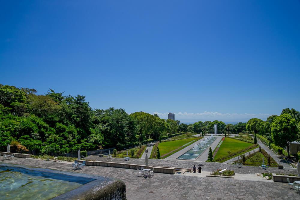 須磨離宮公園の噴水広場の様子。海まで抜けた青空の下、噴水広場が広がっている。