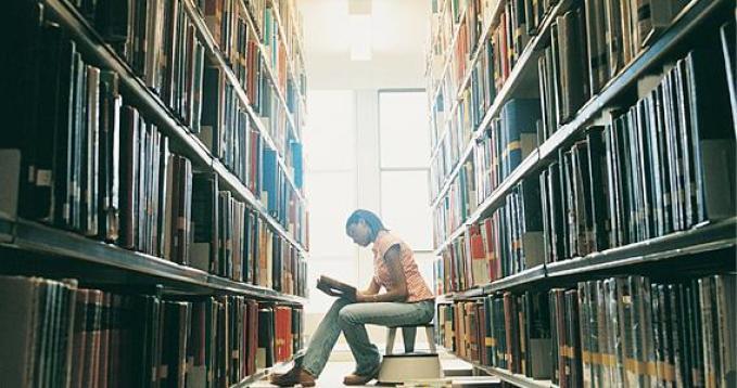 Wat is de relatie tussen intellectuele bescheidenheid en kennisverwerving?