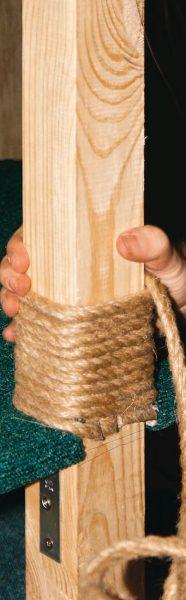 Montage jute rop op een houten kolom