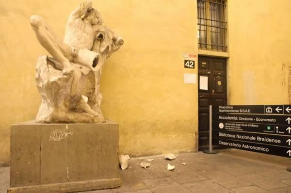 a98989_selfie-fail_1-statue-broken