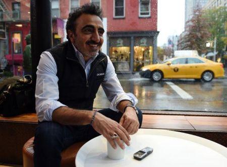 698815-hamdi-ulukaya-le-fondateur-et-pdg-de-la-marque-de-yaourts-chobani-dans-un-cafe-de-new-york-le-17-nov