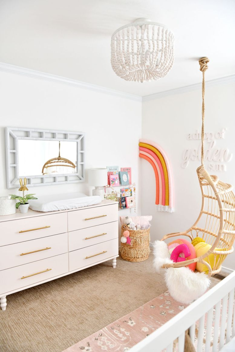 Baby Girl Nursery met Rainbow Theme en Pink IKEA Hack