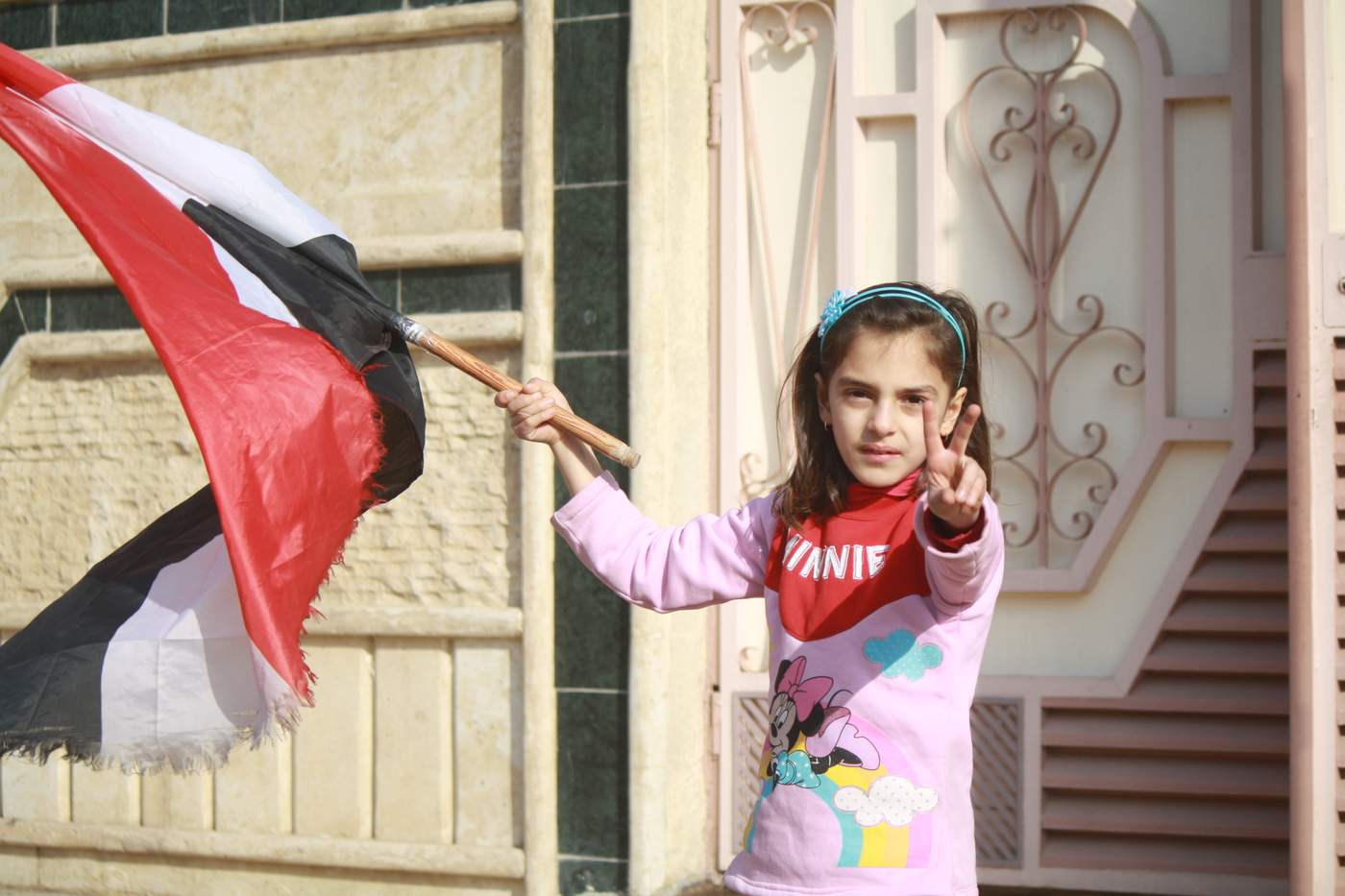 As Iraqi forces push into Mosul, families emerge from their homes often cheering forces on as they pass. (H. Murdock\/VOA) Jan. 13, 2017