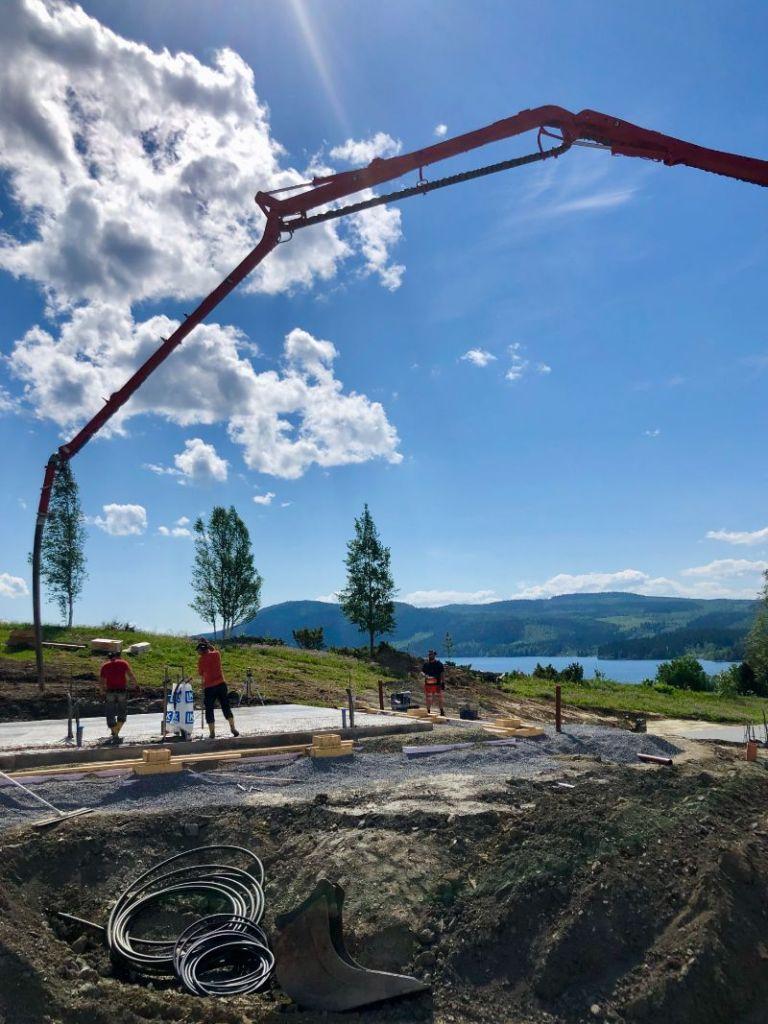 Byggandet av de första husen i Ekobyn Ladriket i Kaxås är i full gång i den vackra jämtländska sommaren. Inflyttning planeras till jul.