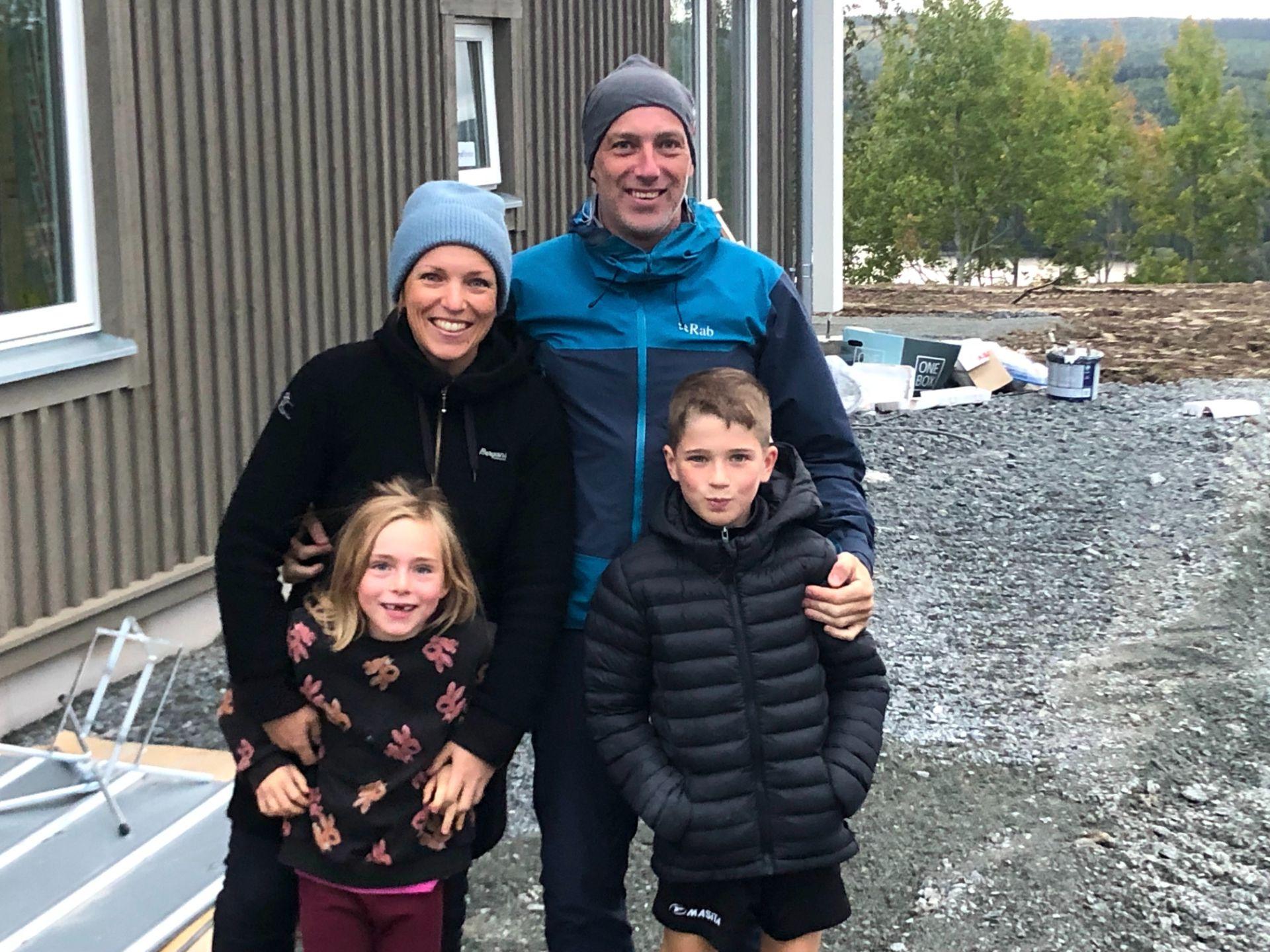 Familjen Örberg-Edelhausen flyttade från Umeå till Kaxås i augusti, om några veckor flyttar de in i sitt nya hus i Ekobyn Ladriket. Maja och Richard med barnen Espen och Ilse som nu börjat på Kaxås skola.