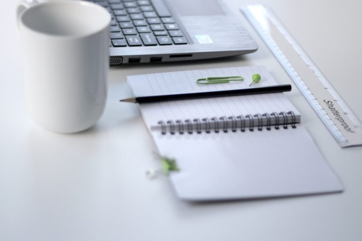 opisywanie-dokumenty-laptop-solution-tem