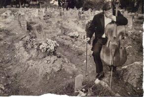 Vedran Smailović surprins în timpul uneia dintre multele înmormântări la care s-a oferit să cânte gratuit în timpul Războiului Bosniac.