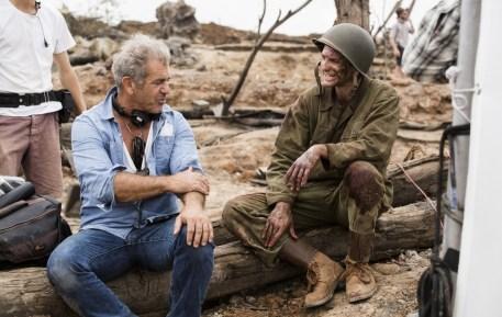 Mel Gibson regizând Hacksaw Ridge (sursa: imdb.com)