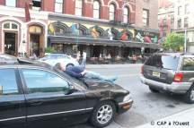 Sieste sur une voiture à Greenwich Village