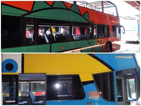 Ônibus de dois andares, muito coloridos e bonitos!