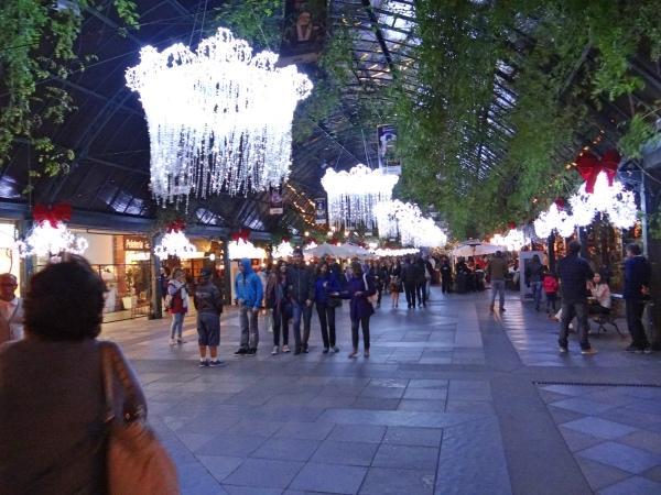 A rua coberta, repleta de lojas e restaurantes