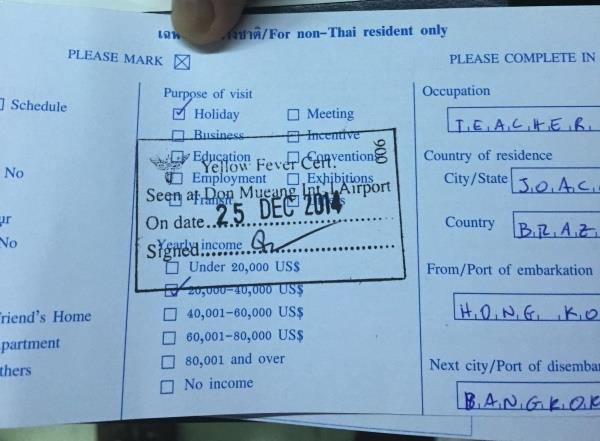 O formulário da imigração com o carimbo do Health Control - um requisito para entrar no país