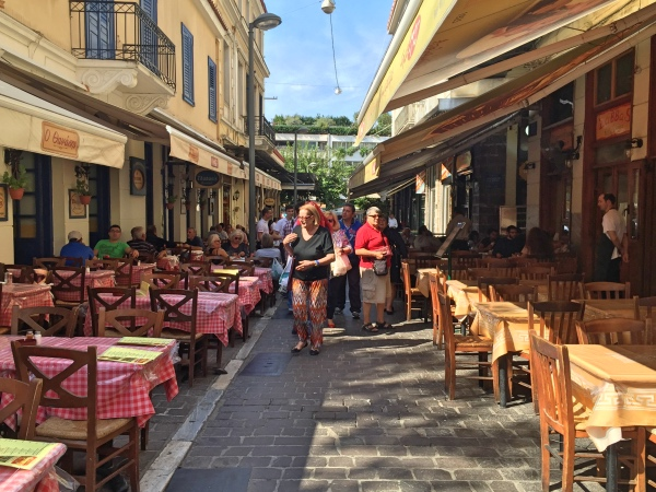 Rua movimentada no centro de Atenas