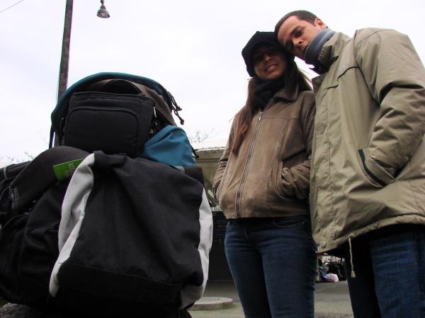 Em Paris: esperando o ônibus em Porte Maillot para ir até o aeroporto de Beauvais