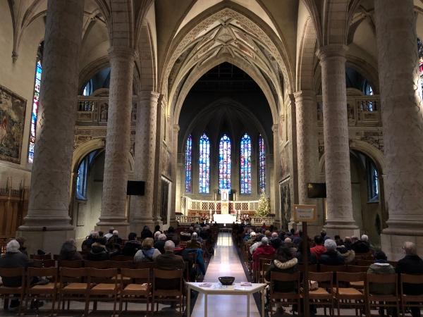 Dentro da Notre Dame em Luxemburgo