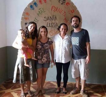 Mariana Carneiro (esq.) com Simone e Lourdes Xavier, de Santa Luzia, além de Kurt bergan, diretor do Projeto Araras