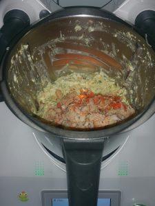 Picar os ingredientes até obter uma massa cremosa