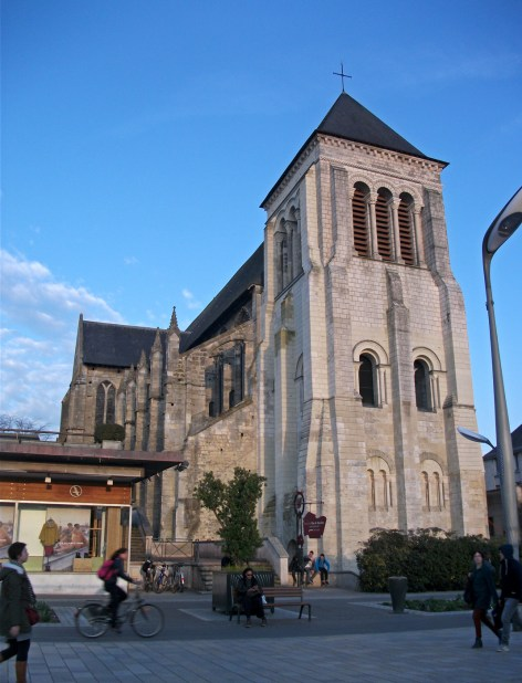 Eglise St Julien et passants