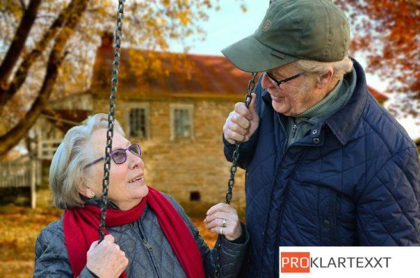 Um sich im Alter auch ausreichende Pflege leisten zu können, kann man eine Pflegezusatzpolice abschließen