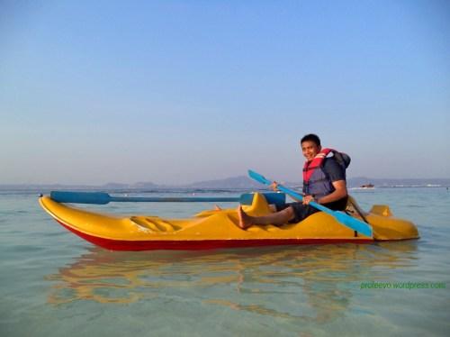 Mendayung perahu kano