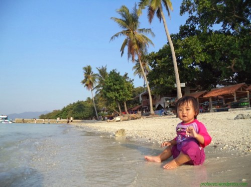 Key, asyik bermain air di pulau Tangkil