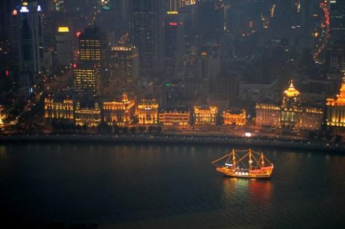 Sungai Huangpu di malam hari. Diambil dari lantai 91 Oriental Pearl Tower, Pudong - Shanghai.