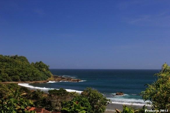Setelah bermalam di Yogyakarta, keesokan harinya menuju pantai Wediombo