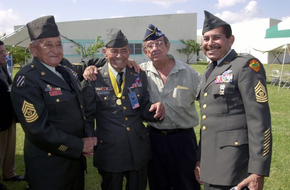 Sargento Mayor de Comando (CSM) José Pene, izquierda, Sargento de Primera Clase Modesto Cartagena, segundo a la izquierda, y CSM Ángel Kuiland, derecha, veteranos de la Guerra de Corea, durante una ceremonia que se celebra en el centro de la Reserva del Ejército de Estados Unidos en Puerto Nuevo, Puerto Rico.  (Identificador de los Archivos Nacionales: 6519407)