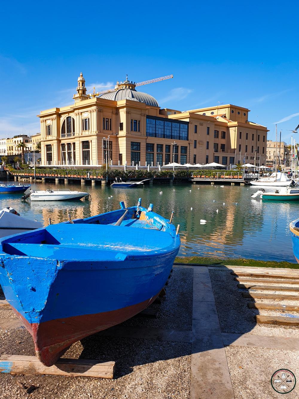 Teatro Margherita à Bari et barque de pêcheur