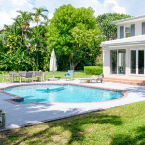 hire licensed contractor to build pool