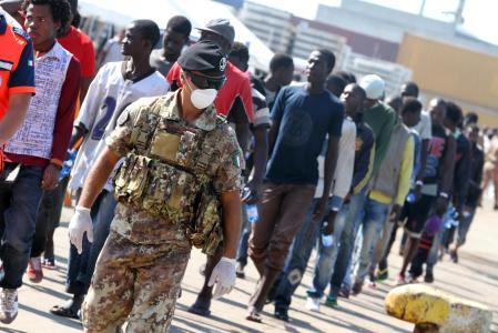 Immigrazione: a Salerno nave Etna con oltre 2mila profughi