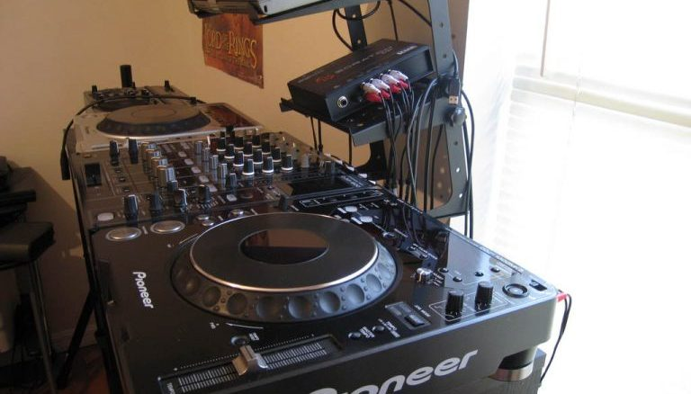 DJ-Set-Up-768×576-768×438