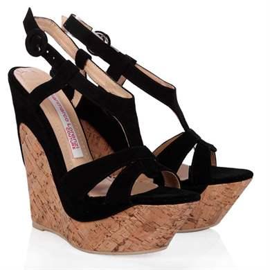 e3e4b281d76fc Farbenie by malo byť jasnejšie, tým lepšie sú lesklé sandále s hladkým  povrchom, ako aj lakované topánky.