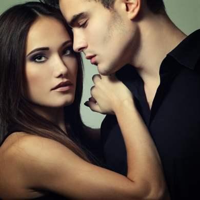 Muž robiť dievča striekať
