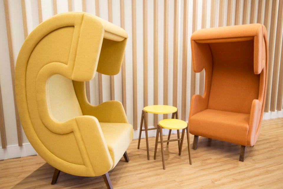 Cadeiras em formato de telefone que proporciona acústica para ligações privadas.