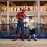 Na foto vemos os convidados João Paulo, embaixador da NASA e o super-herói Homem Aranha, dos Vingadores. Ambos serão parte das atrações do Sofitel Guarujá Jequitimar nas férias de Julho.