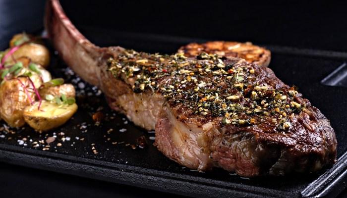 O prato Tomahawk é especialidade do restaurante Base, com toque de churrasco os pais podem aproveitar os menus dos restaurantes.