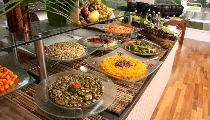 Mesa de buffet do restaurante Brisa