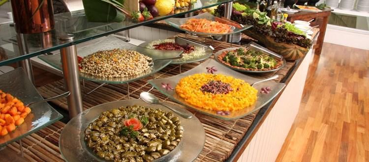 Mesa de buffet do restaurante Brisa