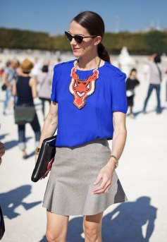 STATEMENT-NECKLACE-LEE-OLIVEIRA-COBALT-BLUE-TOP-STREET-STYLE-PARIS-FASHION-WEEK-RED-SMALL-BEEDED-BIB-THICK-CAT-EYE-SUNGLASSES-PATENT-CLUCTHC-GREY-GRAY-SKIRT