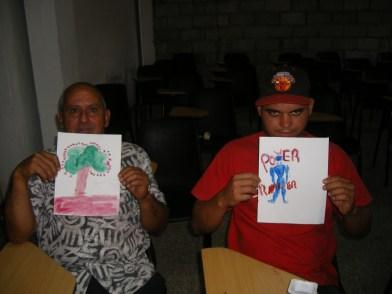 Los talleristas Osmil y Yasmani, mostrando sus trabajos