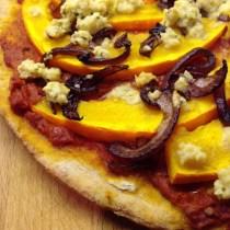 Hokkaido Pizza mit Balsamico Zwiebeln und Cashew-Thymian-Topping