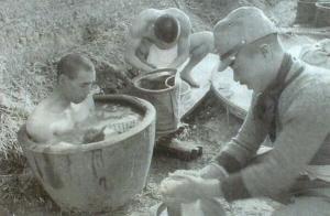 風呂を沸かして入るクンユアムの日本兵(タイ日有効記念館のHPからお借りしました)