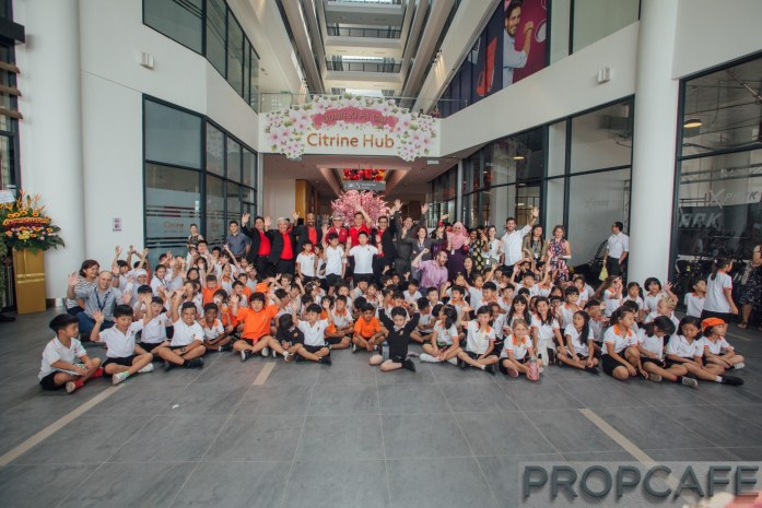 The senior management of Sunway Property and Sunway Malls with the students of Sunway International School, Sunway Iskandar at Sunway Citrine Hub.