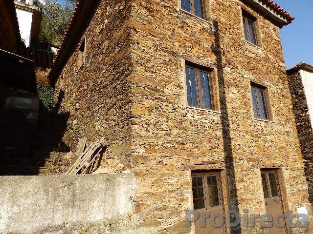 House schist in excellent condition of the walls in the neighboring municipality of Arganil.